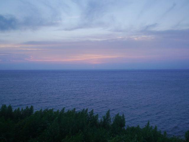 大海蓝天月亮电脑壁纸