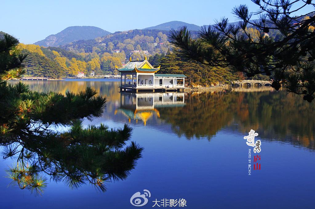湖中小亭,岸上的树,还有远山,倒影湖中,恬静温柔.