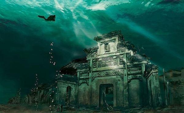 十一、文淵獅城市集 這是國內第一家把沉浸式游戲與景區文化樂園相結合的虛擬現實體驗項目,全方位體驗水下古獅城,探秘和穿越千年的繁華盛況。戴上特制的眼鏡,坐上游覽車,騎行在烏龜背上,慢慢去千島湖水下探秘古城。隨著向水下越來越深,眼前出現了水下古城的雄姿,雖然有些已經倒塌,但面貌輪廓還是看得很清楚,特別是牌坊和一些大戶人家的建築清晰可見,巋然不動。古時的人物也一一再現在我的眼前,處在徽杭古道的中間地帶,商賈的頻繁穿越帶來了徽州與杭州文化的交融,讓我真正穿越了千年的世紀生活,領略了徽杭文化。 生活就是這樣,塞翁