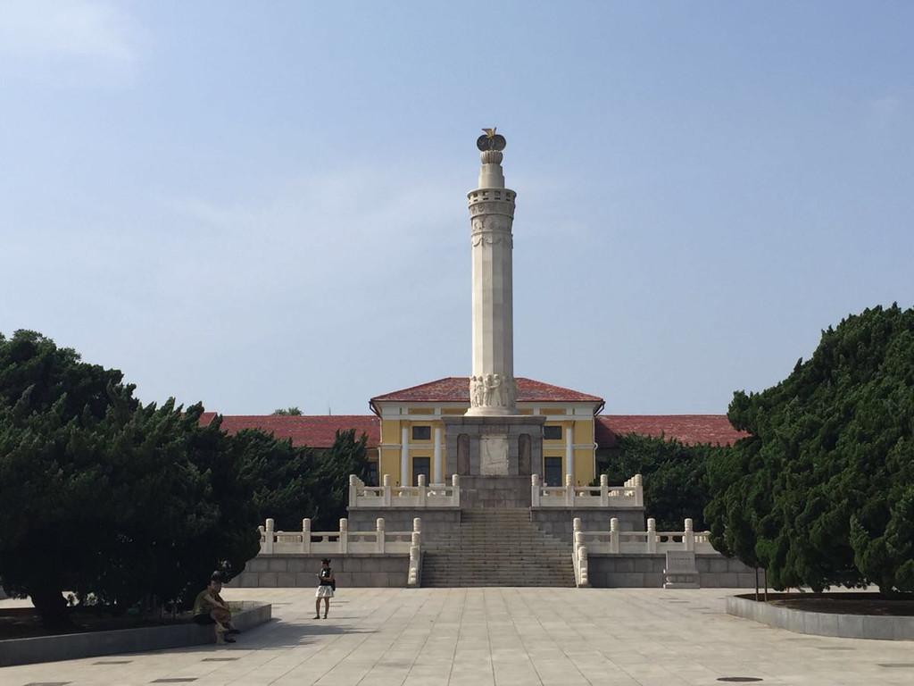 博物馆前的纪念塔