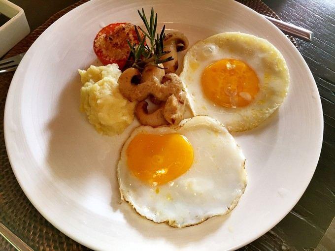 美式早餐:煎蛋,培根,香肠,土豆.