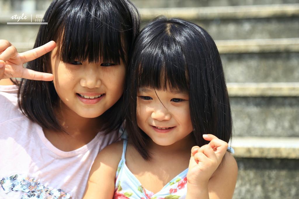 这就是韩国小女孩啦,笑起来甚是可爱,特别是小妹妹萌萌哒.