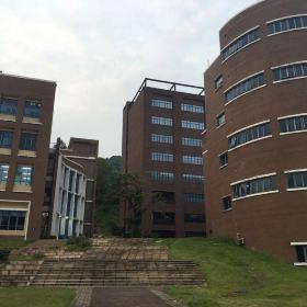 人家说,北师珠好分校是亚洲最美的山谷大学,确实四面环山,环境宜
