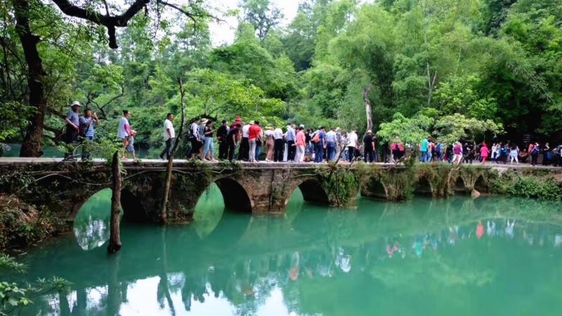 【七孔古桥】 小七孔风景区名字源于清朝道 光年间修建的一座七孔古