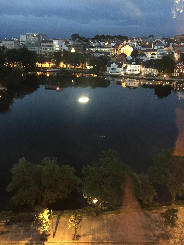 窗外的风景,酒店正对着一个小湖,天终于黑了