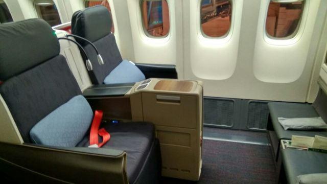 飞机无甚新奇,有拖鞋,但商务舱座位感觉有点窄