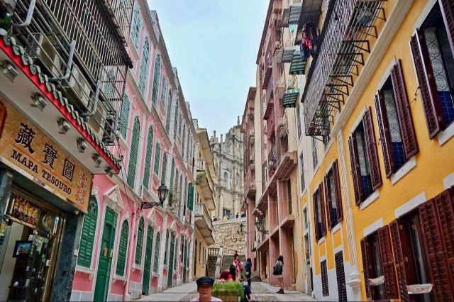 恋爱巷就是一条色彩斑斓,窄窄短短的小巷子