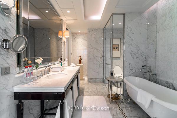 卫生间全部铺装白色大理石,宽大明亮,气派非凡.