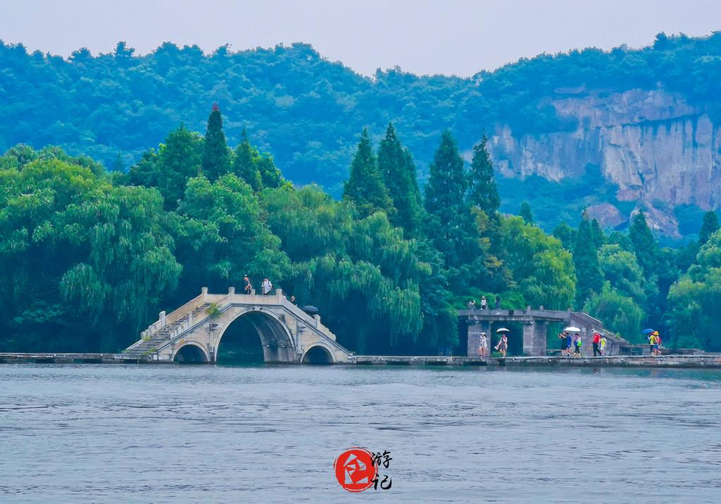 鉴湖位于绍兴城西南,是柯岩风景区中的一大景点,湖上桥堤相连,景色