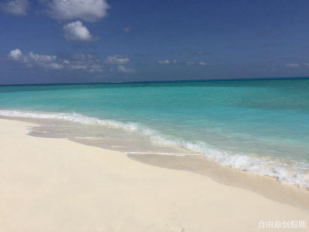 软软的沙,一望无际的大海,泛白泛蓝!