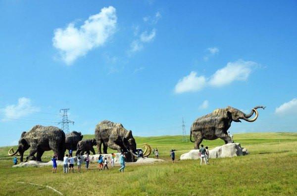 辽阔的草原上,栩栩如生的猛犸象,像从万年前的远古走来,诉说它们群迁