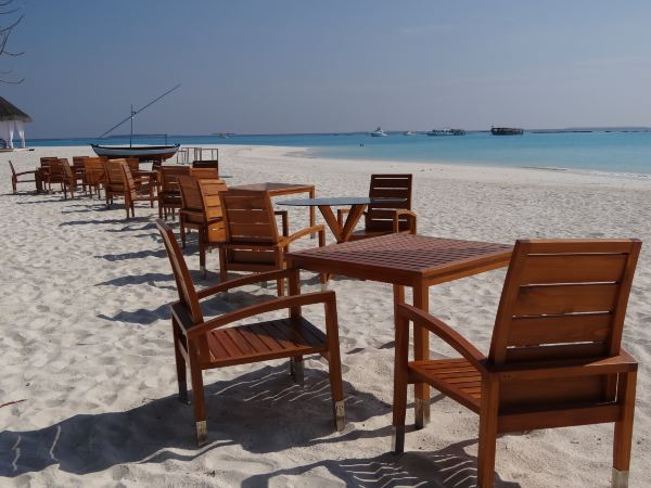 grill餐厅分为室内和室外两个区域,由于紧邻海滩,室外区域的桌椅都