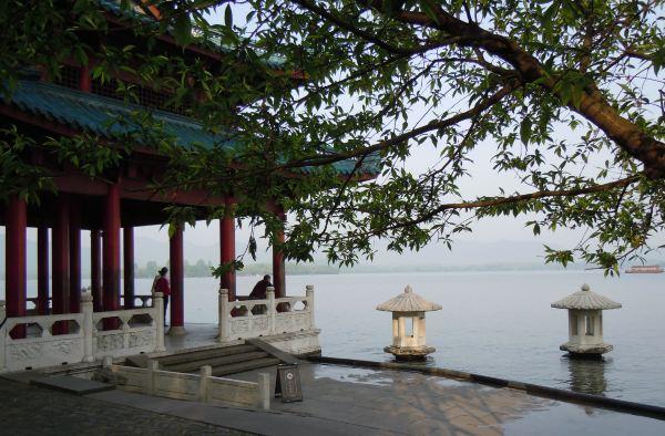 孤山上主要的景观包括中山公园,浙江省博物馆,文澜阁,西泠印社,放鹤亭