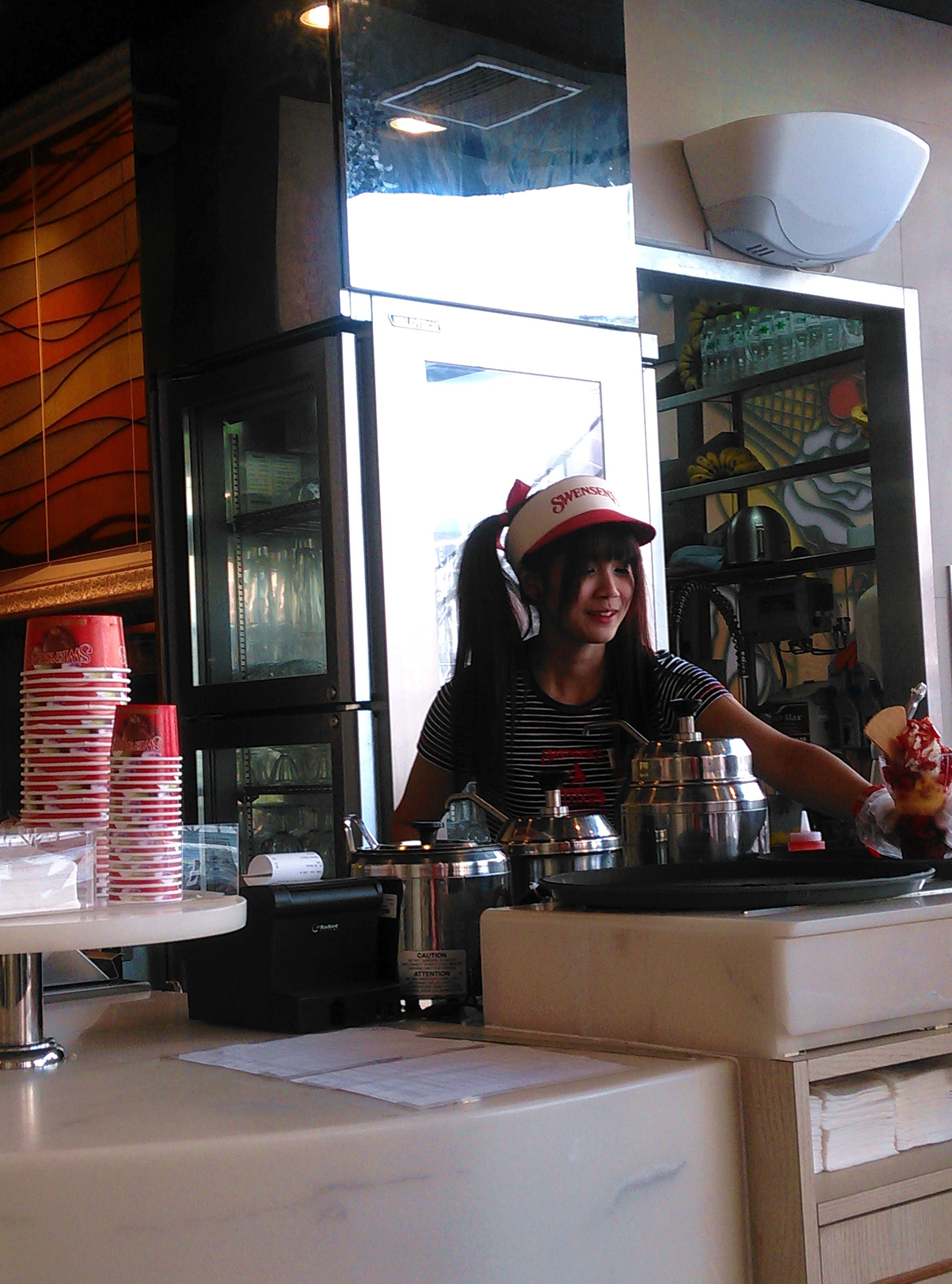 冰淇淋店的小妹妹,长得很可爱是不是?