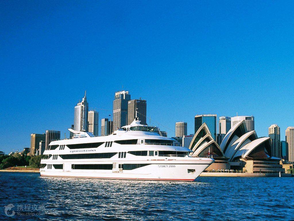 黄金海岸是位于澳大利亚昆士兰州的太平洋沿岸城市。明媚的阳光、连绵的白色沙滩、湛蓝透明的海水、浪漫的棕榈林、可爱的考拉是黄金海岸带给人的感官享受。作为澳大利亚无尽的游乐园,每年吸引着400多万喜爱沐浴在阳光下的旅行者来到这里娱乐和冒险。 来到黄金海岸当然要享受美妙的水上活动了!全长约42公里的黄金海岸由北起South Port,南至Currumbin的10多个连续排列的优质沙滩组成,其中南斯特拉布鲁克岛(South Stradbroke Island)、滑浪者天堂(SurfersParadise)、棕榈