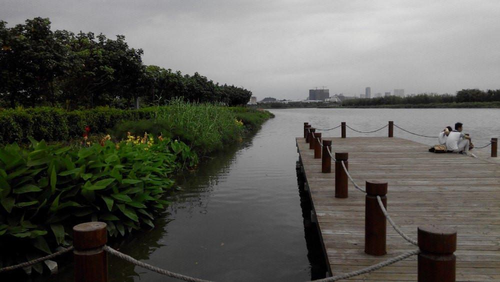 恋人们喜欢在河边约会,因为爱情就像河流一样,有时湍急,有时平缓,但