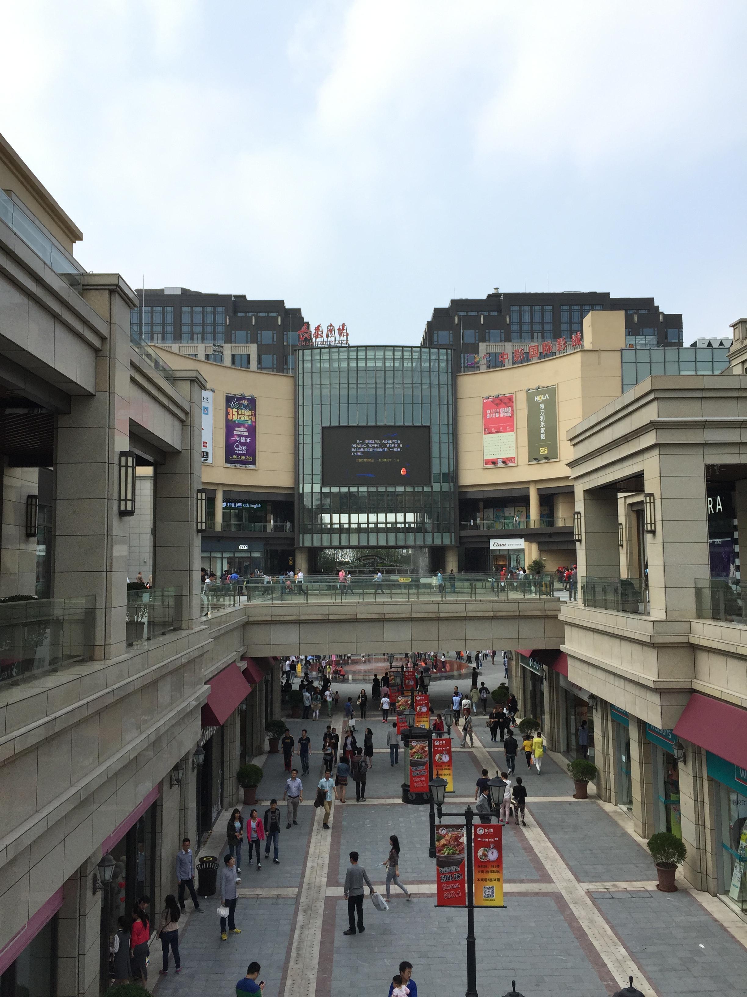 长泰广场的三层欧式建筑在蓝天白云下显得更加漂亮了