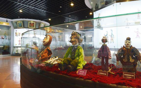 上海木偶剧团成立于1960年6月1日。剧团的建团宗旨是:全心全意为少年儿童服务。经过五十年来的发展,上海木偶剧团已经成为拥有编剧、导演、作曲、演员、人物造型设计、舞台美术设计、木偶设计制作、动漫设计制作等100多专业人才的国有表演艺术院团。上海木偶剧团地处上海市南京西路388号五楼,拥有一大一小两个剧场,大剧场有观众席210座,小剧场有观众席101座,同时还拥有一个1000平方米的木偶皮影艺术展示厅以及仙乐斯文化实业公司、木偶艺术设计制作工场、动漫影视制作公司、儿童文化艺术新天地和四个剧目创作经营部。上海