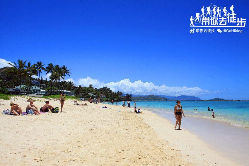 欧胡岛向风海岸(Windward Coast),紧邻凯卢阿小镇(Kailua)。这里拥有夏威夷最美丽的海滩,白色的细沙,赤脚行走在上边毫无不适感。这里不仅经常被评选为美国最好的海滩之一,也是圈美国唯一的一个海滩被评为世界上最好的海滩之一。但这里缺乏救生员、厕所及淋浴设施,停车也只能路边停车,万不可将车停在黄色的消防栓旁边及阻塞住户出入。从2014年7月1日起,这里的违章停车罚款已经从$35美元涨到了$200美元。周末和节假日停车位更是一位难求,需要做好心理准备。停好车后,通过豪宅间的小巷方可到达海滩。这里