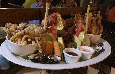 菜的份量很足,如果点海鲜拼盘,建议3到4人一起点2人份的海鲜拼盘,再点