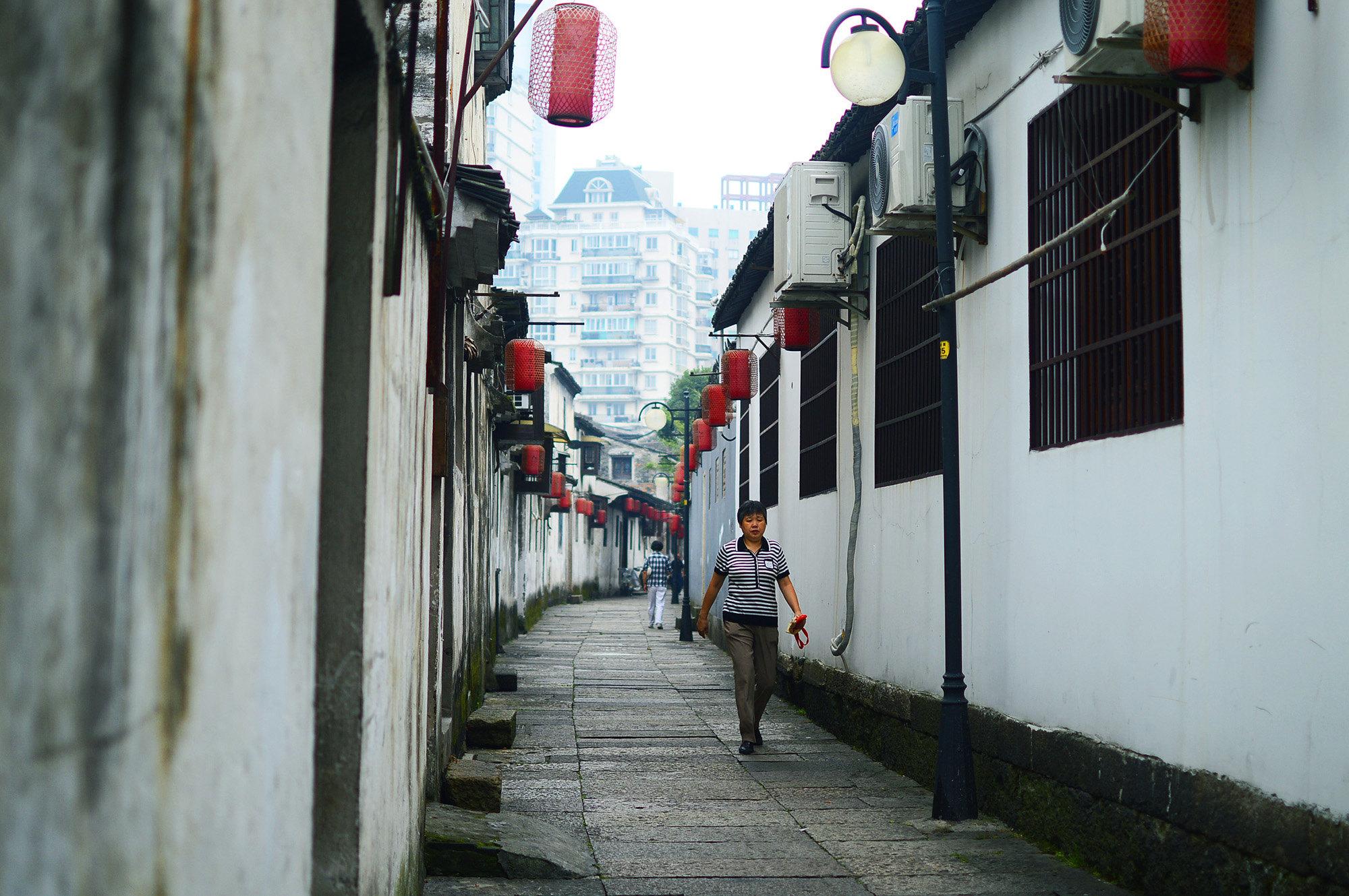 【前言】 绍兴,相信近些年出生的多数中国人对它的印象来自于鲁迅先生,以及他的《从百草园到三味书屋》《社戏》等。在我的观念中,绍兴江南水乡的形象似乎因为它的邻居杭州而被人们渐渐淡化了,去了才知道简直不要太江南!喜欢江南风光的同志们一定不要错过,比之一些古镇的商业化,绍兴城中有些河道可以说是原汁原味的。 这次国庆之旅准备的仓促,最后在扬州和绍兴两个城市选择了距离稍近一些的绍兴市。果然一旦决定出去玩,20来个小时的硬座也变得不是太难熬了。怀着好奇和轻松的心情踏上了从广州前往绍兴的火车。 使用空闲时间,游记终于全