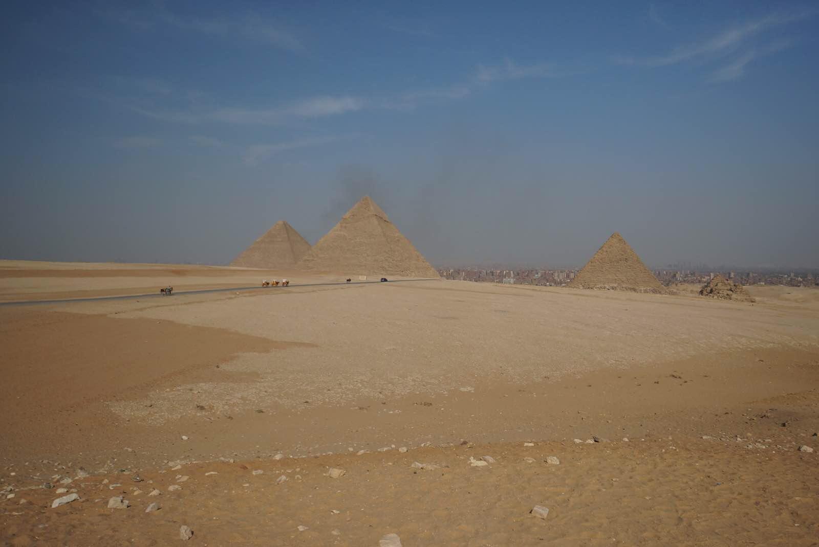 俯瞰胡夫金字塔,看着5000年前的文明,再看现今开罗城破败的样子,令人