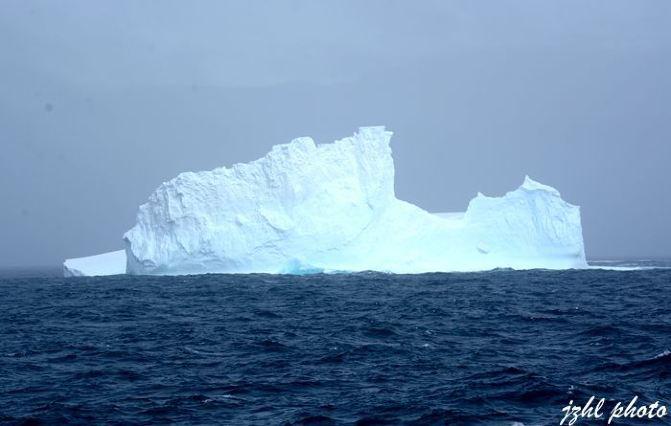驾驶舱可以随便进入参观拍摄, 2,第一次登陆 经过了漫长的46小时穿越德雷克海峡后,就正式抵达南极海域。船上第三天的上午由海洋学家Anette进行南大洋的鲸鱼与海豚的讲座,地质学家Bob介绍地质学,我们都没去参加。中午到餐厅吃饭的人还不够一半,可能他们还在晕船吧,下午三点船上广播通知要在开会了,所有乘客必须参加,除非你不登陆;船还在晃,不过幅度就明显减弱了,我们还是深一脚浅一脚地下去三楼会议室,会议由女汉子探险队长主持,讲的都是有关登陆须知和注意事项,之后就是对随身携带去登陆的物品进行清洁,工作人