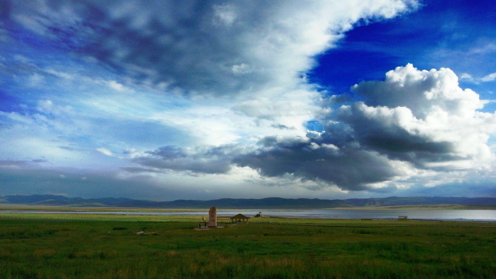 图片中是尕海风景区,门票四十元,建有石碑和小亭子,并可沿着湖边的木