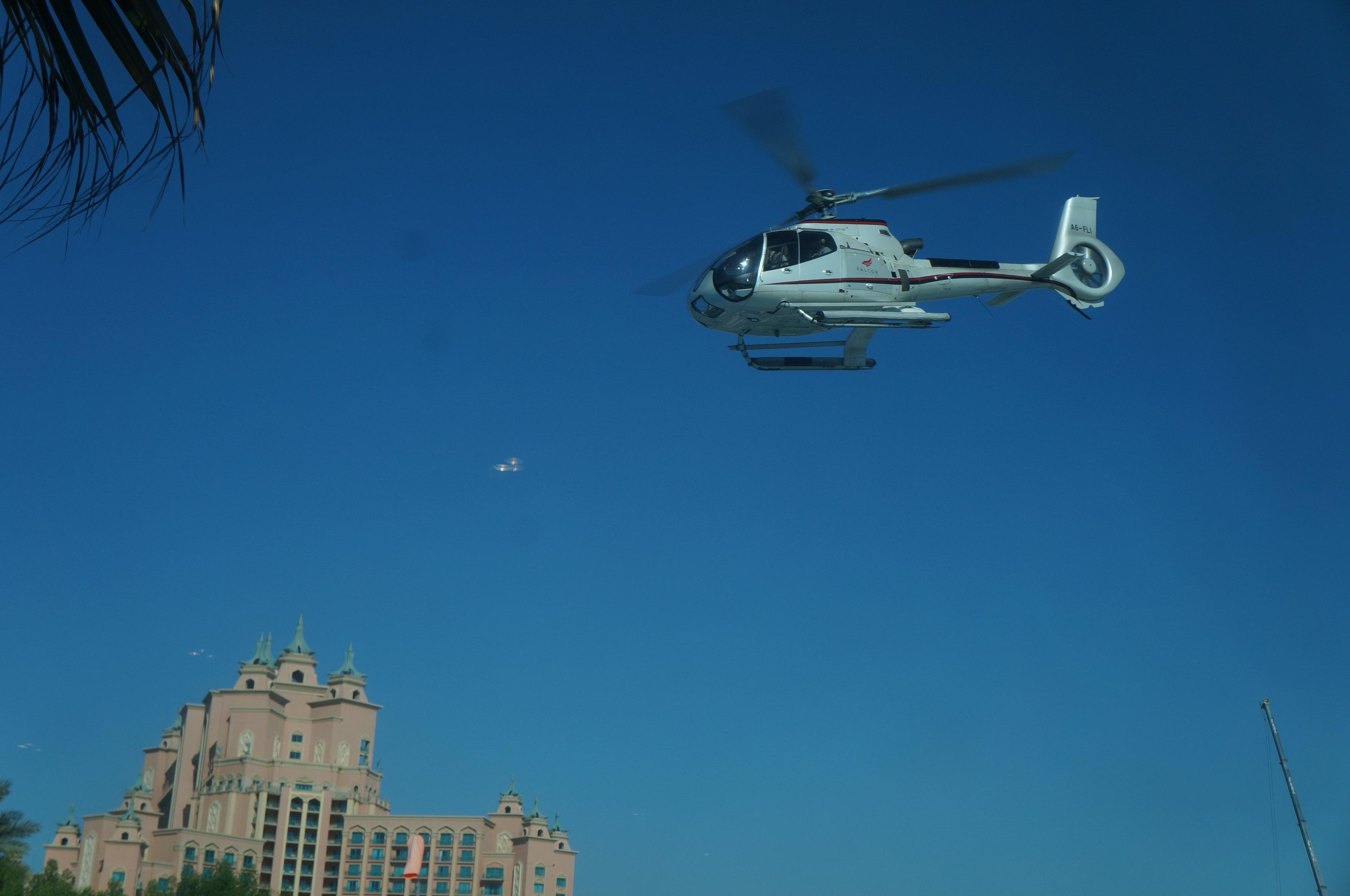 行程: 1)凌晨飞机抵达阿联酋迪拜机场,入境后搭乘出租车到预订宾馆安营扎寨。上午在酒店休息。 2)中午前离开宾馆,搭乘轻轨到阿联酋购物中心(Mall of Emirates)站下车,简单游览购物中心后搭乘出租车到棕榈岛观光缆车站。 3)搭乘棕榈岛观光缆车进入,途中游览号称世界上最大的人工岛的迪拜棕榈岛的美丽风光。 4)搭乘旅游公司专车前往直升飞机停机坪,办理预订确认和登机手续后,搭乘直升飞机(Dubai Helicopter Tour)游览迪拜的空中景色。 5)前往位于棕榈岛上的亚特兰蒂斯酒店内游览。