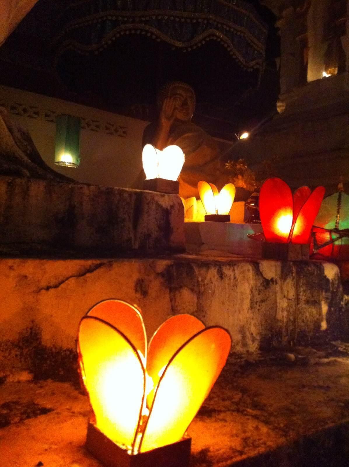 这些僧侣个个都是手工制作的高手:废弃的泡沫板,啤酒瓶,竹片,彩色塑料