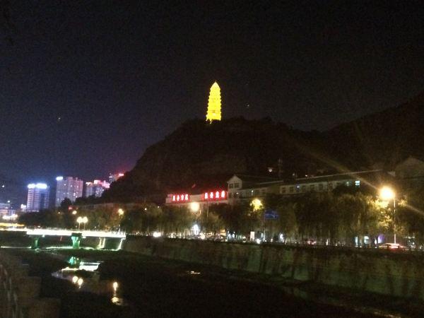 而远处的宝塔山上的宝塔则化身一只闪烁着金光的塔