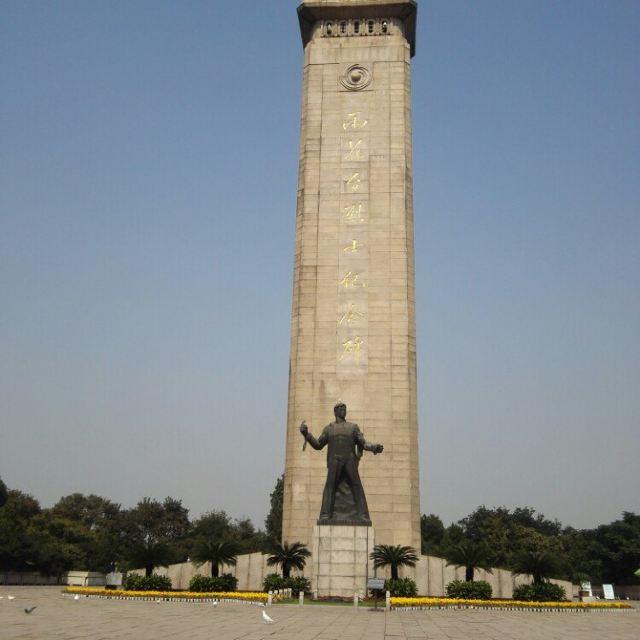 走到雨花台烈士纪念塔看到很多白鸽