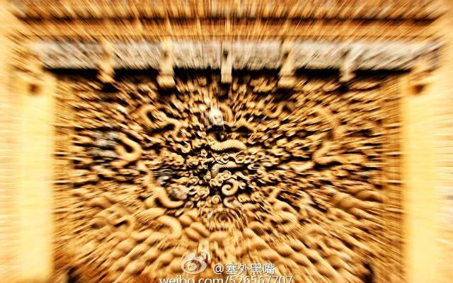 五龙壁砖雕的主体图案是雕刻于方砖;乙上的五龙图。上方是朵朵祥云,下方是滚滚波涛,其中三条龙以坐、升姿势翻腾于云海之中。两条龙由汹涌波涛之中欲向空中飞来,起身之处溅起朵朵浪花。祥云、波涛、巨龙相互呼应彼此烘托,构成了一幅无比壮观的图画。五龙壁砖雕中,除巨龙图外,能够独立成画的小型图案还有61幅。须弥座中的束腰上雕刻着门种走兽,它们或蹲、或卧、或走、或跑,形象逼真。护栏卜雕刻有喜鹊登梅、鸳鸯戏水、猴子摘桃等共计14幅图案,其中雕有猴子2只、各种鸟类18只,它们有飞、有落、有游、有膳。方砖心两侧雕刻有石榴花、荷