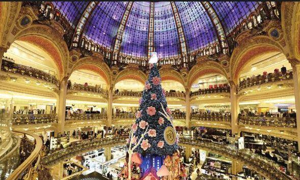 p>建立于1865年的巴黎春天百货公司是巴黎第一家采用电力照明的商场