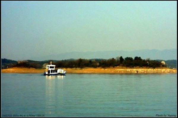 登快艇深入到千岛湖中