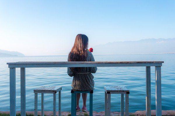 住的客栈离海地生活很近,来到了双廊标志性的海边白色椅子图片