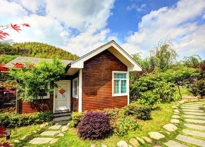 住进被绿树蔷薇簇拥的水上木屋,假装在翡冷翠度假