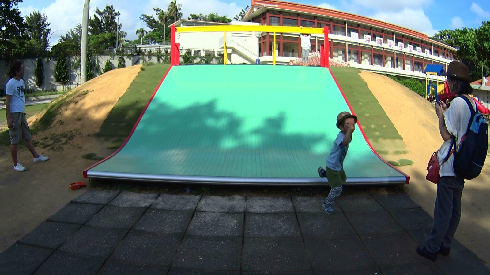 在儿童游乐区的入口是小型的组合滑梯,样式和国内在儿童乐园和幼儿园
