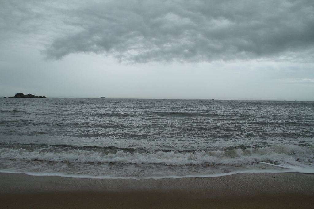 在湄洲岛,游客大多会选择黄金沙滩那边的海边游玩,因为那里不单独收费