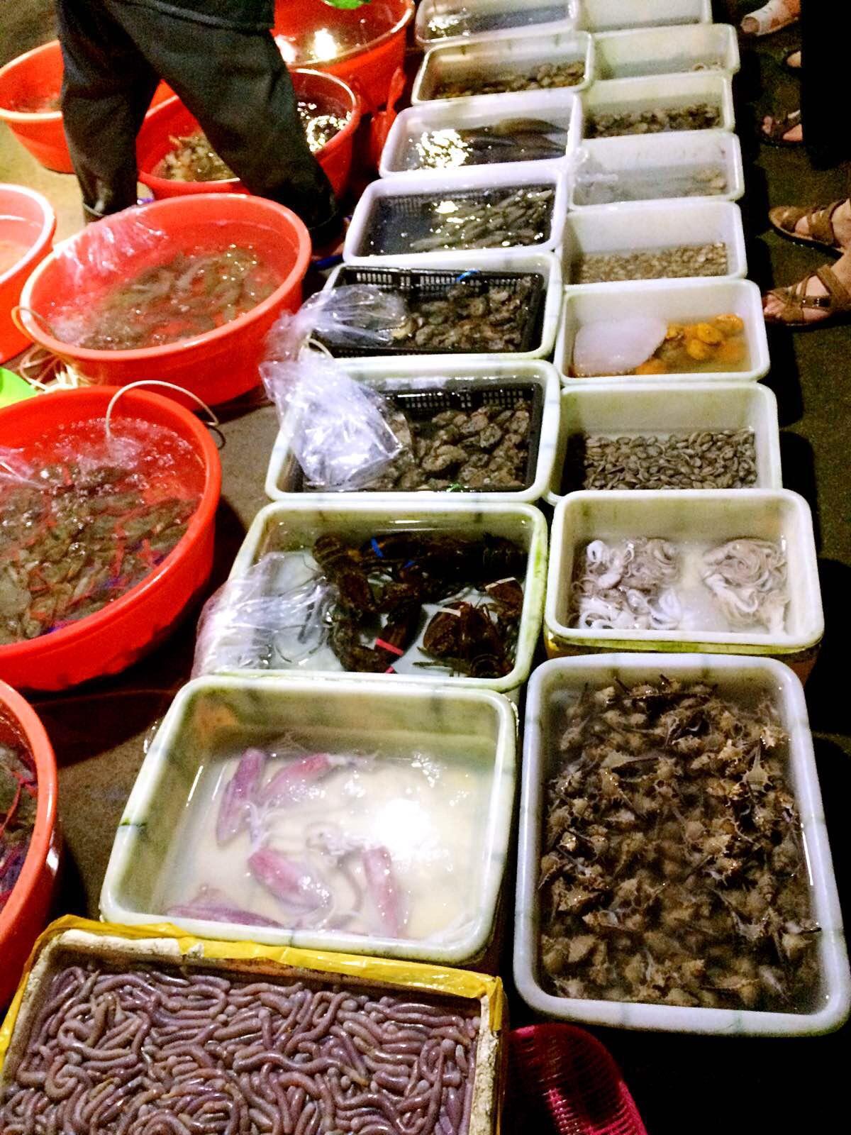 海鲜市场,有沙虫看起来怪怪的,忍住海鲜宵夜诱惑乖乖回酒店睡觉.