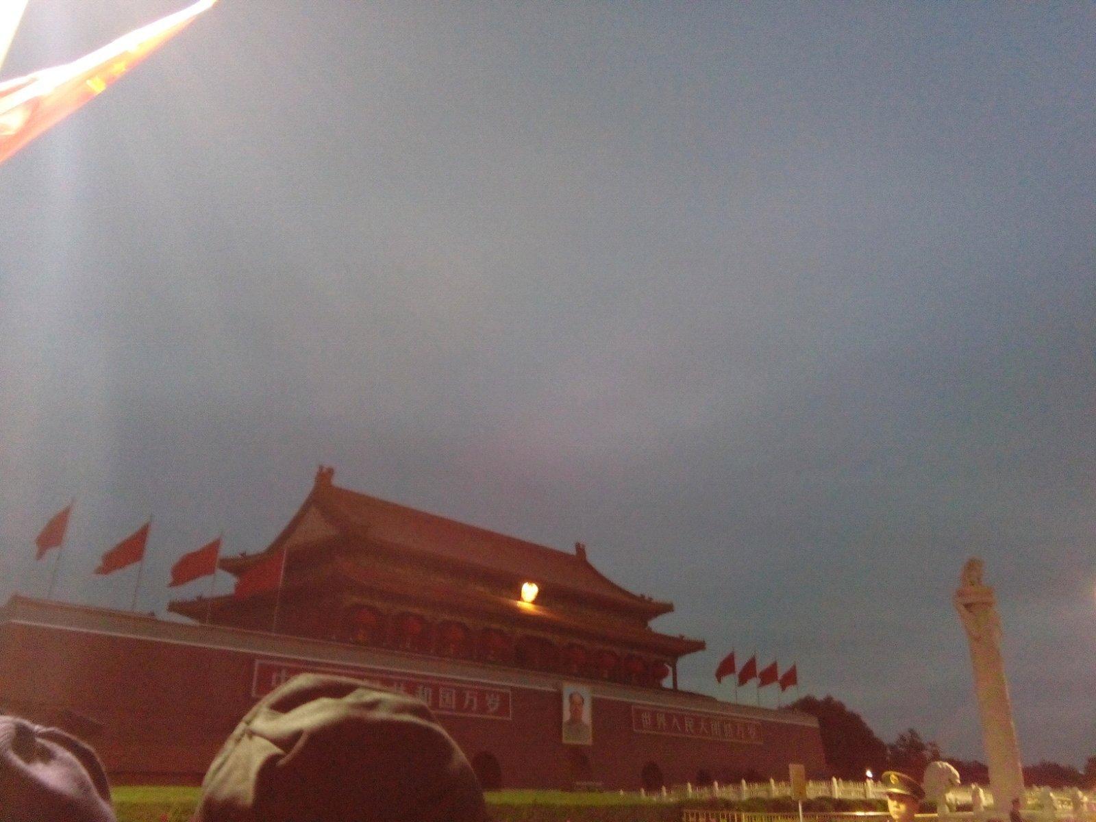 北京火车站 天好冷,人也不少,大家都赶来看升旗.解放军叔叔.
