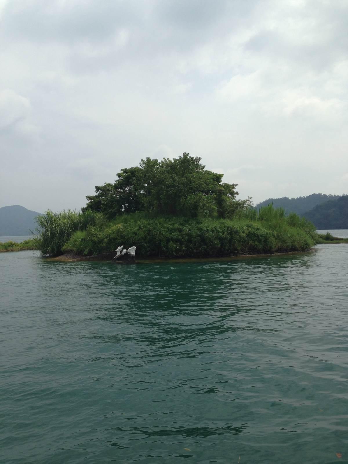 台湾日月潭……小学中小学印象课本习过,水是碧绿的,中学还不错周集景色图片