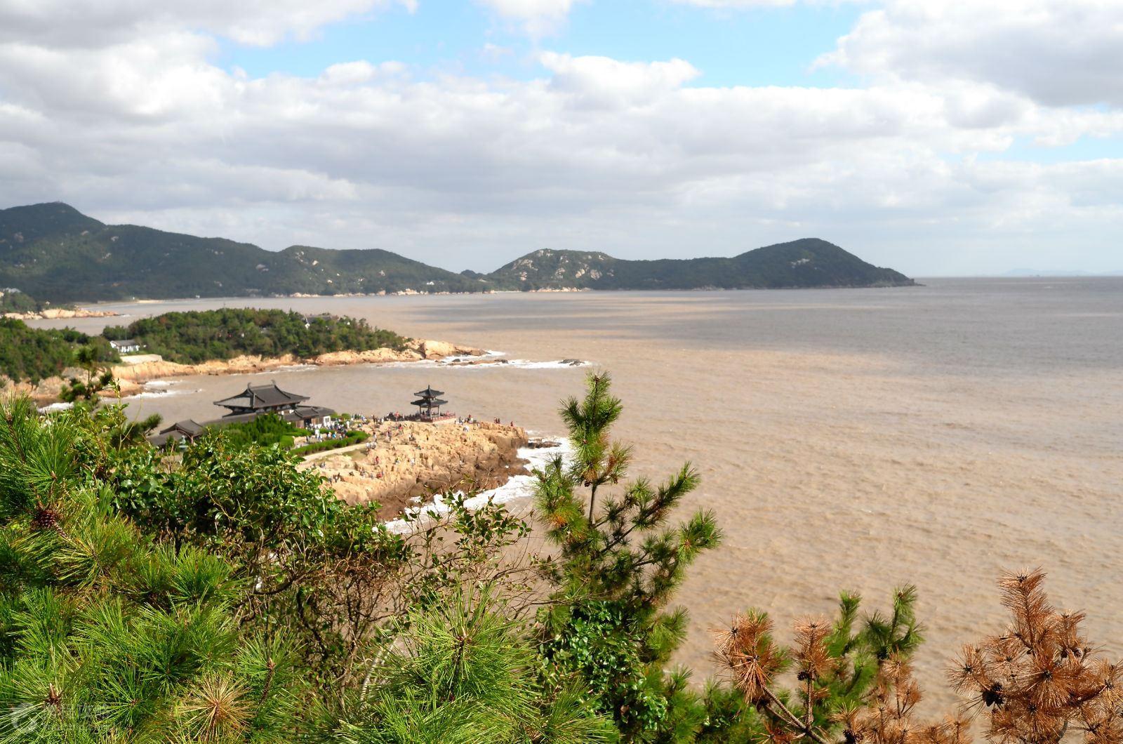 普陀山不仅遍地佛踪,还拥有作为海滨城市的最大特色:沙滩和海鲜,岛