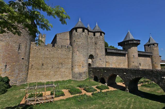从外形看,这是一座典型的中世纪欧洲城堡,屋身呈圆柱形,屋顶呈圆锥形
