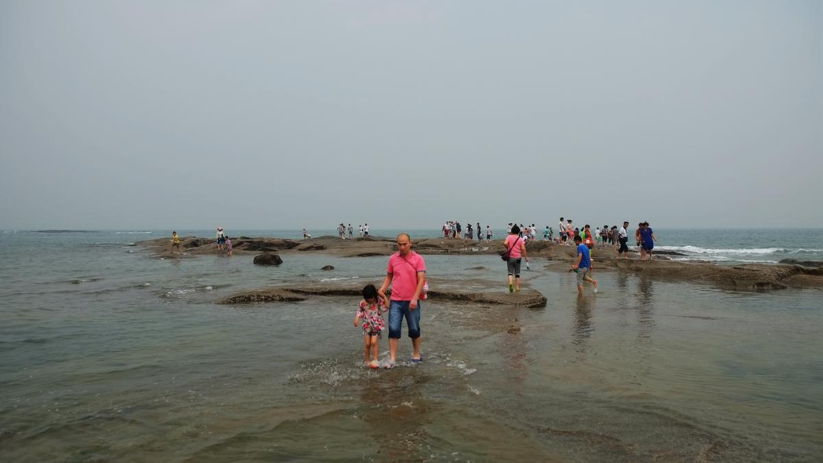 但主要是礁石,而且风浪很大,不能下水游泳,不过海边大片礁石倒是个