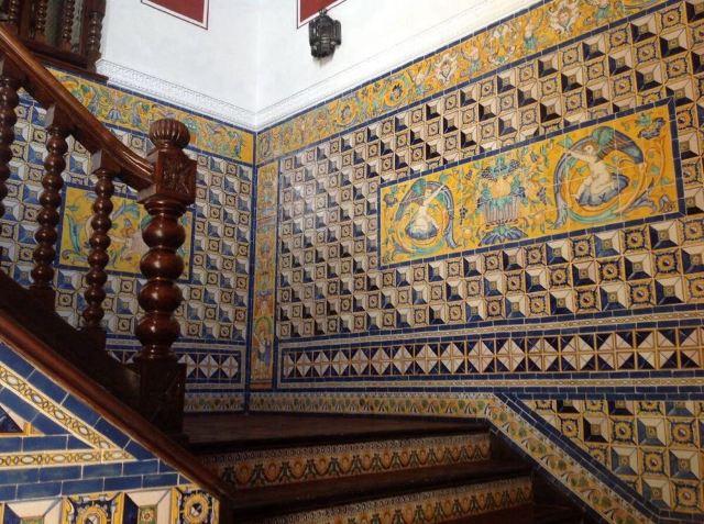 楼梯的墙壁贴瓷砖的,很有阿拉伯风