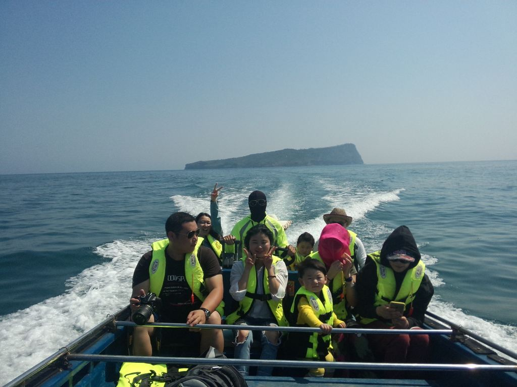 5,滴水丹屏潜水 6,打渔海钓一日体验  快艇哥从远处开来游艇  打道回