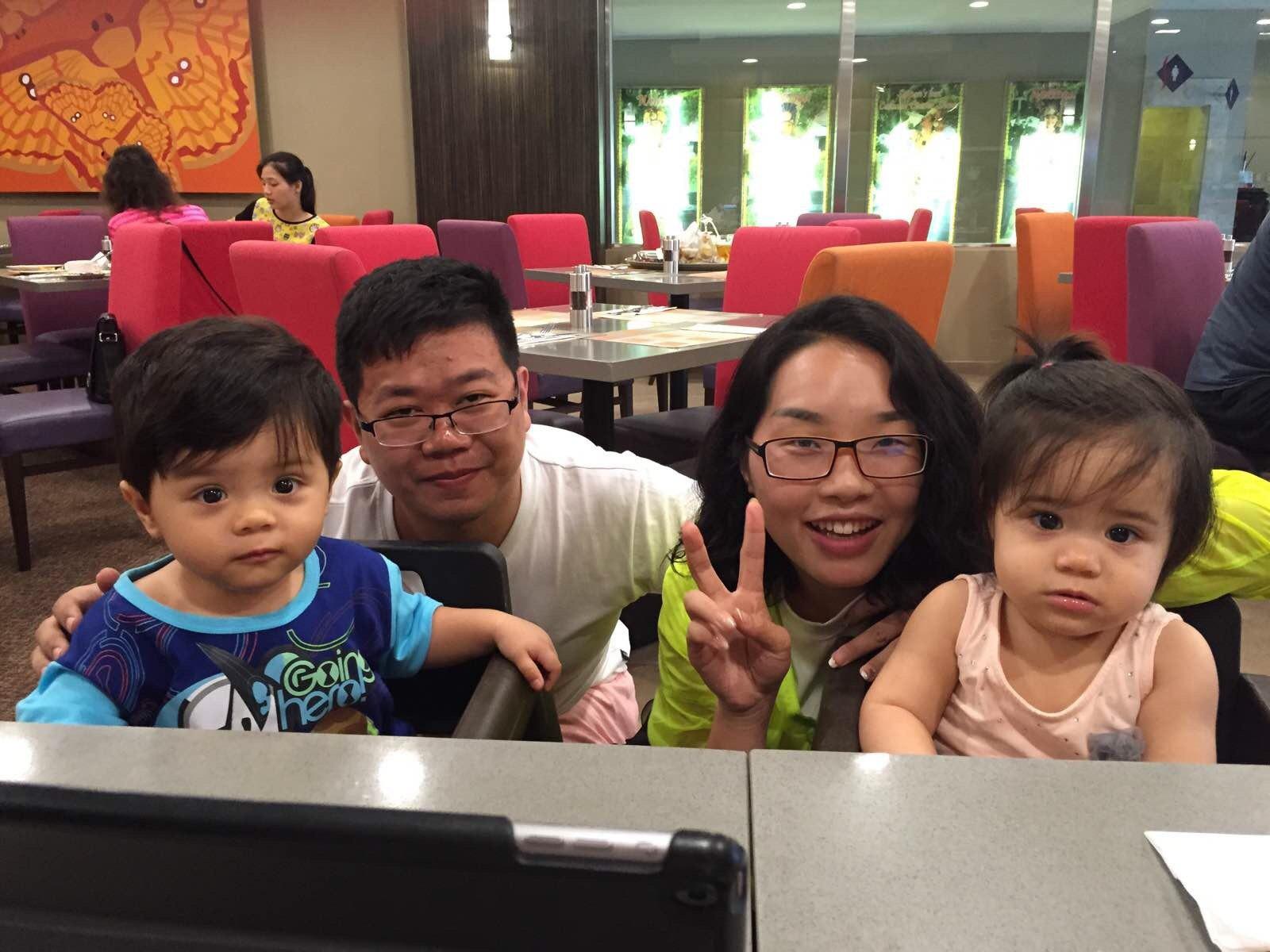遇到了两个非常可爱的外国小宝贝儿!貌似龙凤胎噢!
