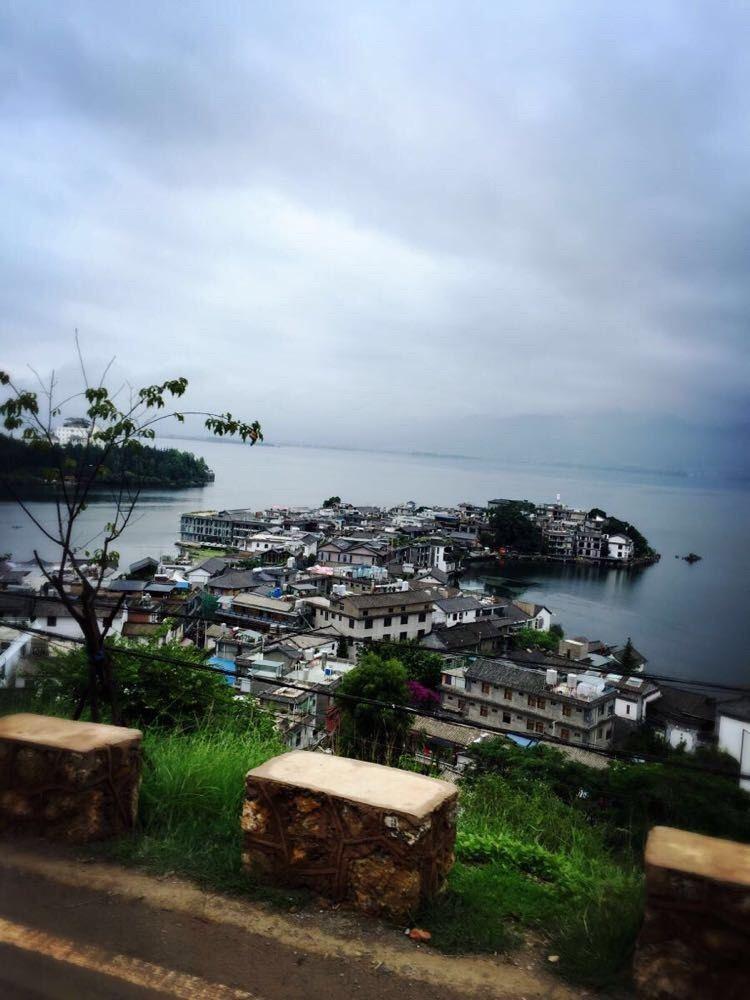 继续绕着洱海前行,图片左上角白色房子是杨丽萍在