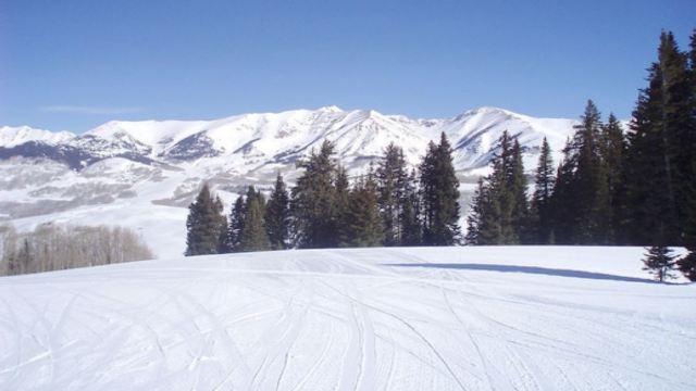 乌鲁木齐蓝天滑雪场位于水西沟乡的羊圈沟